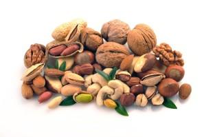 Las semillas tipo nueces, maní, macadamia, cashews y otras son las que tienen más alto contenido de grasas junto con algunos frutos como la aceituna y otros como la soya, el maiz, el girasol