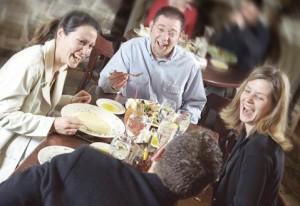 Comer en grupo es una de las actividades más agradables que podemos realizar. No echemos a perder la ocasión con pleitos o discusiones sobre temas polémicos. Limítate a contar chistes