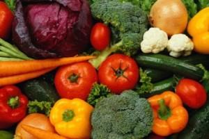 Muchos frutos son considerados como verduras  y los consumimos en ensaladas o como condimentos. Pero todo lo que tiene semillas y crece en las plantas es un fruto