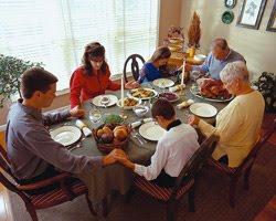 Si uno es religioso debe dar gracias a Dios por los alimentos. Si no lo es debe igualmente dar gracias por tenerlos. Los alimentos son en sí mismo un regalo de vida y algo sagrado