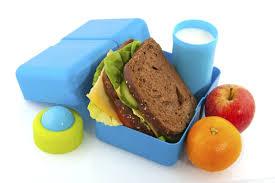 Lo que su hijo o hija debe comer en la escuela debe ser SU decisión. No le de dinero para que compre comida chatarra en las ventas escolares. Prepárele una lonchera saludable como esta
