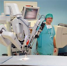 La cirugia por medio de robots como el que se ilustra, permite una ablación de la próstata muy precisa disminuyendo las complicaciones como impotencia y otras