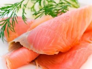 Se considera a la carne de salmón y sus aceites como la fuente más importante de omega tres, pero no debemos despreciar las fuentes vegetales como la chía, el aguacate, las nueces y semillas, el maní y la linaza
