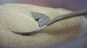 El azúcar de caña no forma parte de los alimentos normales del ser humano, la de las frutas es otra cosa.