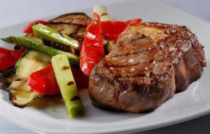 La dieta llamada PALEO está de gran moda y se basa en carnes y vegetales casi sin carbohidratos con excepción de pequeñas cantidades de miel